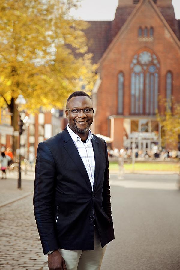 #wissenverdoppeln-Protagonist Dr. Feret vor Kirche