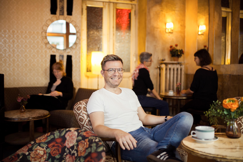 #wissenverdoppeln-Protagonist Christoph im Café